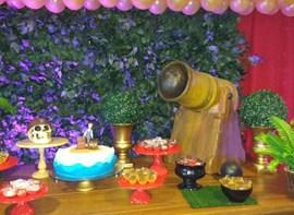 Mesa com muro ingles e iluminação cênica colorida (opcionais)