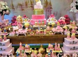 Opcionais: bolo com andares e doces modelados