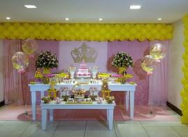 Balões de gás, bolo com andares, flores (opcionais)