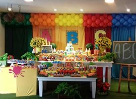 Grama, flores naturais, bolo 3 andares, personalizados, doces modelados (opcionais)