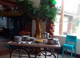Mesa de almoço e tortas