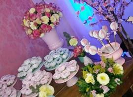 Forminhas especiais e flores naturais (opcionais)