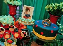 Pirulitos modelados (opcionais) e bolo padrão