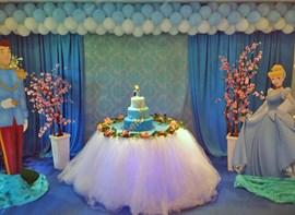 Mesa do bolo em destaque