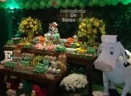 Muro ingles, grama, flores, bolo e guloseimas opcionais