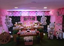 Grama, muro ingles, bolo, flores, forminhas, varetas e guloseimas opcionais