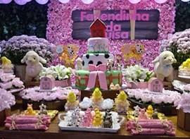 Muro ingles, bolo, flores, forminhas e guloseimas opcionais