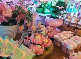 Flores naturais, forminhas e personalizados opcionais