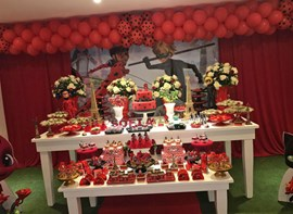 Kit de personalizados, flores e bolo opcionais