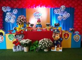 Grama, flores, baloes e luz cenica opcionais