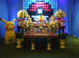 Painel de balões, bolo, flores e personalizados opcionais