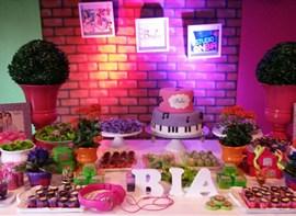 Guloseimas personalizadas, bolo com andar, forminhas especiais e letras do nome opcionais